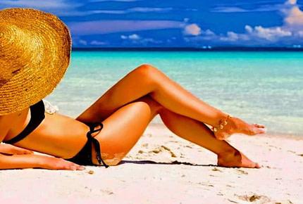 Ragazza in spiaggia per abbronzatura